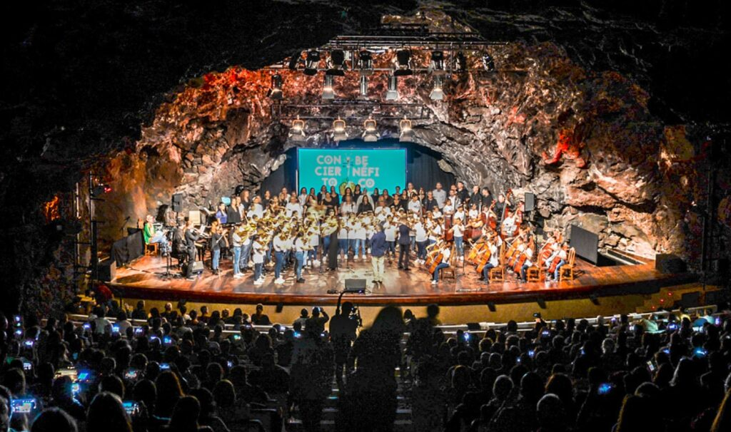 Barrios-Orquestados-Lanzarote-actuando-en-el-Auditorio-de-Jameos-del-Agua
